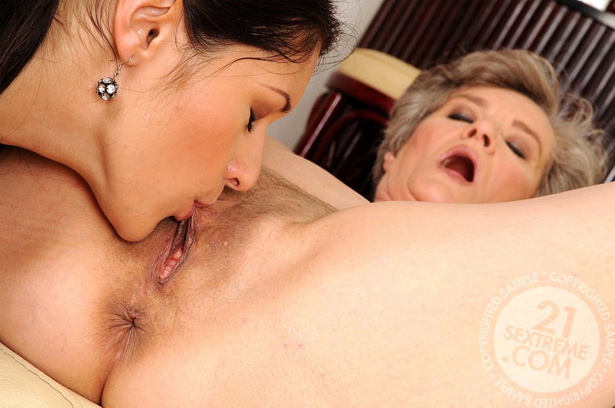 Watch gorgeous busty mature lesbian licks pussy