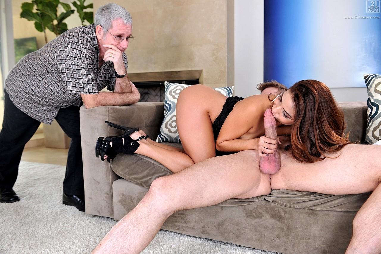 Муж смотрит порно и дрочит