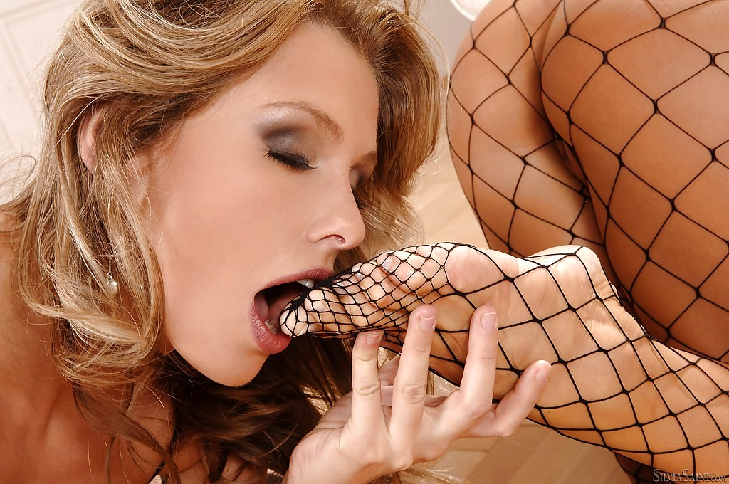 Team Hot Lingerie Fishnet Lesbians Donate Orgasm Each Other With Strapons