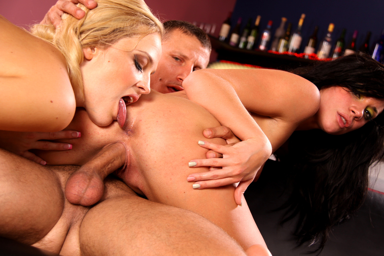 Amateur threesome pics