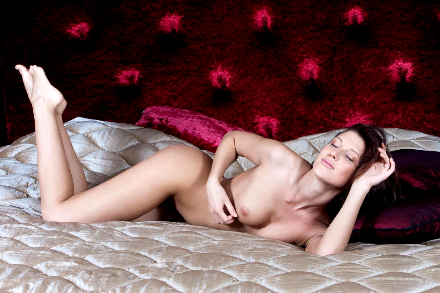 Kira kosarin poses nude for photo shoot