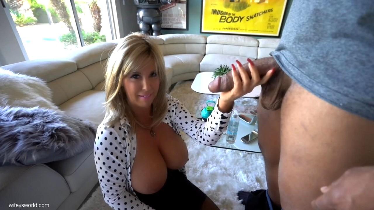 Массажистка Sandra Otterson принимает сперму парня через дыру в столе порно фото бесплатно